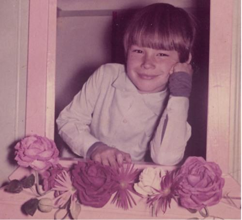 adao na escola com rosas.jpg